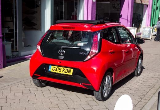 Toyota Aygo IV hatchback czerwony jasny tylny lewy