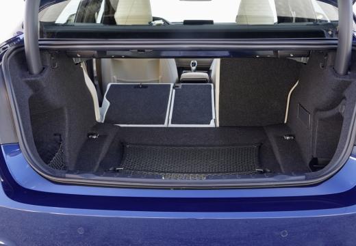 BMW Seria 3 F30/F80 sedan niebieski jasny przestrzeń załadunkowa