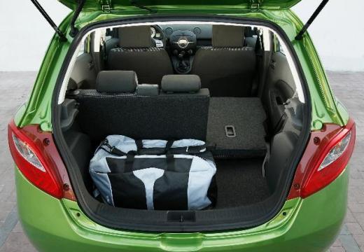 MAZDA 2 II hatchback zielony przestrzeń załadunkowa