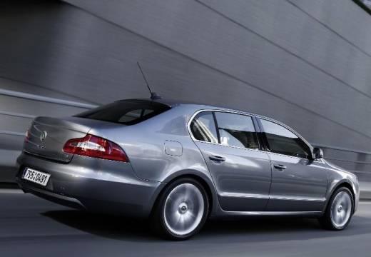 SKODA Superb III hatchback szary ciemny tylny prawy