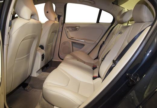 VOLVO S60 IV sedan czerwony jasny wnętrze