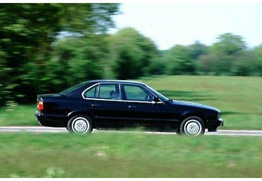 BMW Seria 5 E34 sedan czarny boczny prawy