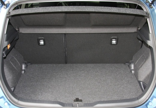 Toyota Auris II hatchback niebieski jasny przestrzeń załadunkowa