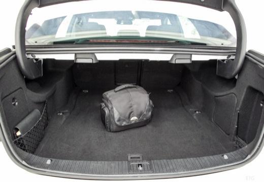 MERCEDES-BENZ Klasa E W 213 sedan przestrzeń załadunkowa