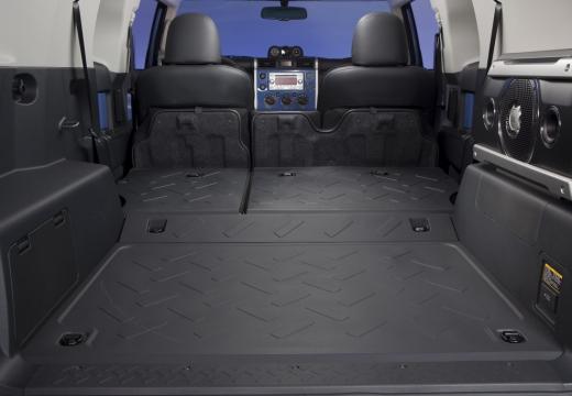 Toyota FJ Cruiser kombi niebieski jasny przestrzeń załadunkowa