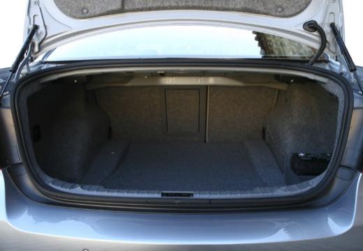 BMW Seria 3 E90 II sedan przestrzeń załadunkowa