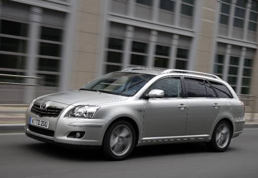 Toyota Avensis kombi silver grey przedni lewy