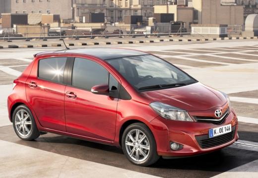 Toyota Yaris hatchback czerwony jasny przedni prawy