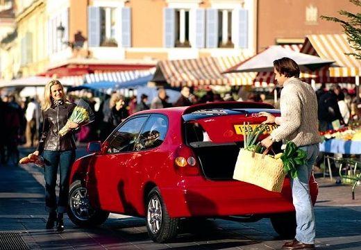 Toyota Corolla hatchback czerwony jasny tylny lewy
