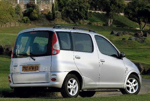 Toyota Yaris kombi silver grey tylny prawy