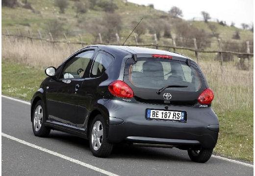 Toyota Aygo I hatchback czarny tylny lewy