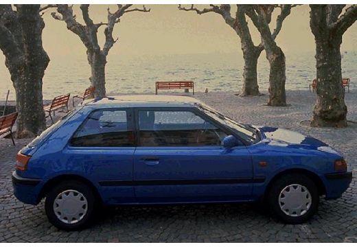 MAZDA 323 hatchback niebieski jasny boczny prawy