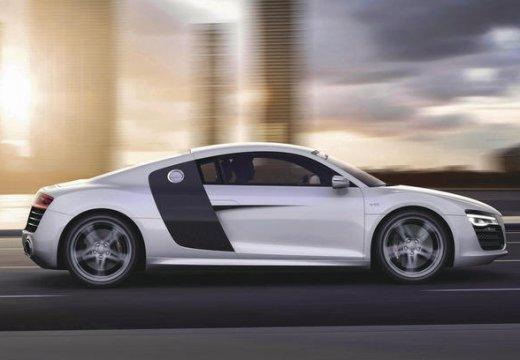AUDI R8 coupe biały boczny prawy