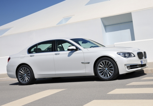 BMW Seria 7 sedan biały przedni prawy