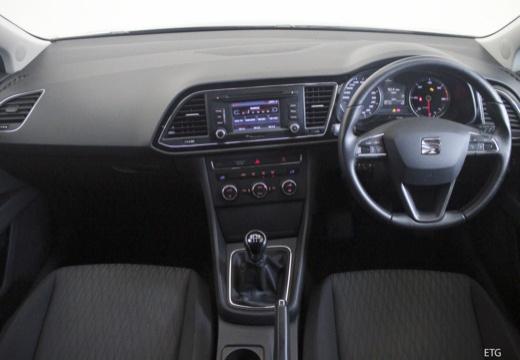 SEAT Leon IV hatchback czarny tablica rozdzielcza