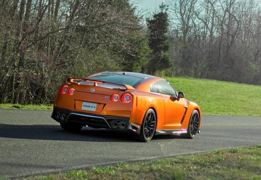 NISSAN GT-R coupe pomarańczowy tylny prawy