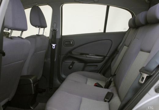 NISSAN Almera II II hatchback wnętrze