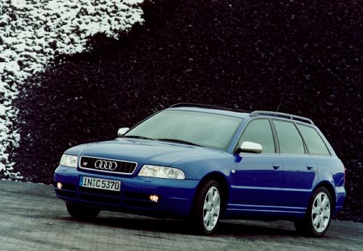 AUDI A4 Avant B5 kombi niebieski jasny przedni lewy