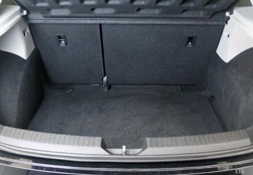 SEAT Leon IV hatchback czarny przestrzeń załadunkowa