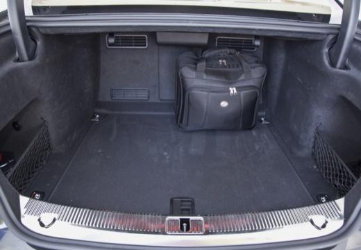 AUDI A8 D4 I sedan przestrzeń załadunkowa