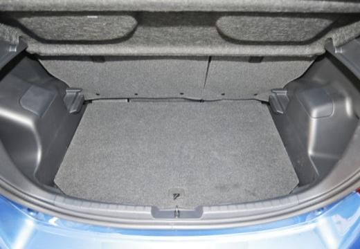 Toyota Yaris VI hatchback niebieski jasny przestrzeń załadunkowa
