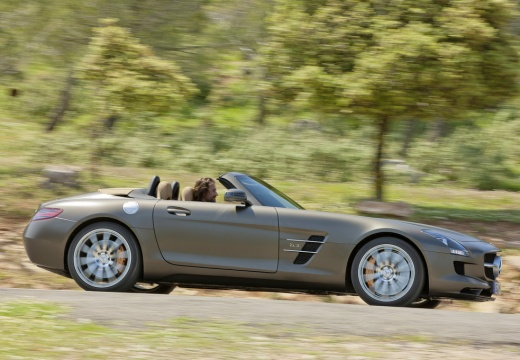 MERCEDES-BENZ SLS AMG roadster brązowy przedni prawy