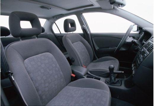 Toyota Avensis Liftback II hatchback wnętrze