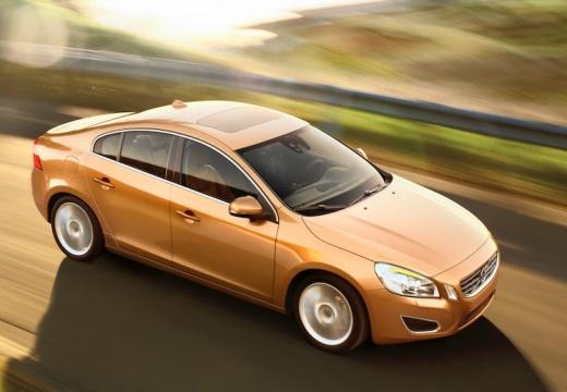 VOLVO S60 IV sedan pomarańczowy przedni prawy