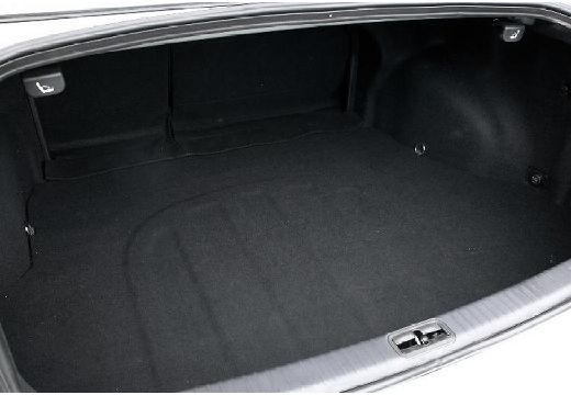 KIA Magentis sedan silver grey przestrzeń załadunkowa