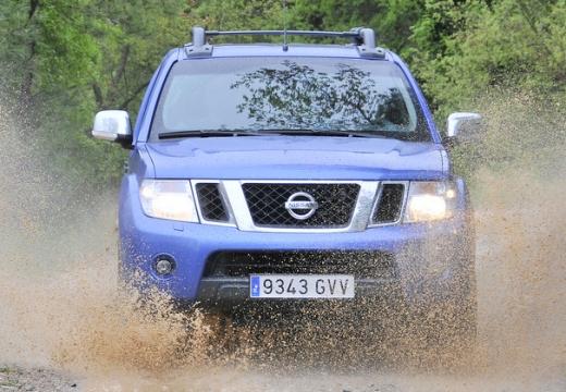 NISSAN Navara III pickup niebieski jasny przedni