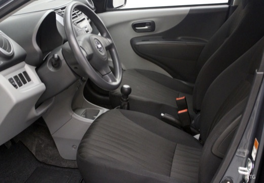 NISSAN Pixo hatchback wnętrze