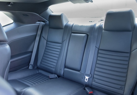 DODGE Challenger coupe biały wnętrze