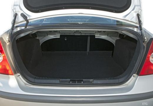 FORD Focus III sedan silver grey przestrzeń załadunkowa