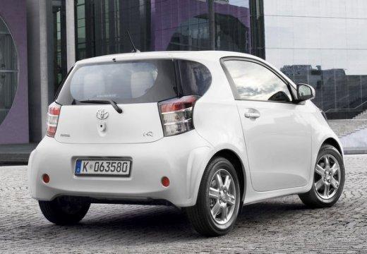 Toyota iQ hatchback biały tylny prawy