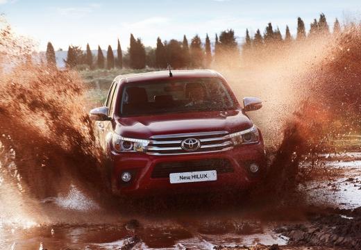 Toyota HiLux pickup czerwony jasny przedni