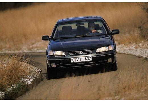 Toyota Camry sedan czarny przedni