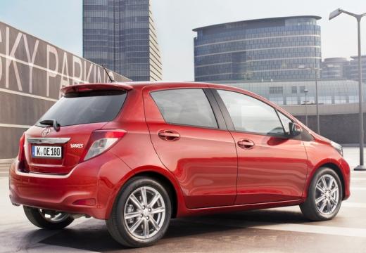 Toyota Yaris V hatchback czerwony jasny tylny prawy