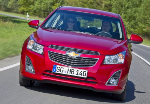 CHEVROLET Cruze II hatchback czerwony jasny przedni