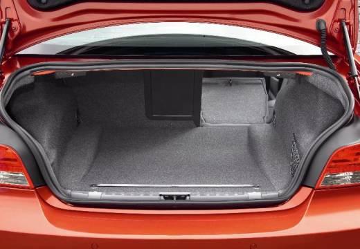 BMW Seria 1 E82 I coupe pomarańczowy przestrzeń załadunkowa