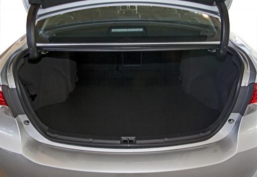 Toyota Avensis sedan silver grey przestrzeń załadunkowa