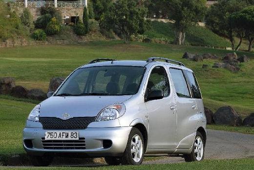 Toyota Yaris kombi silver grey przedni lewy