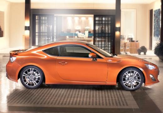 Toyota GT86 coupe pomarańczowy boczny prawy
