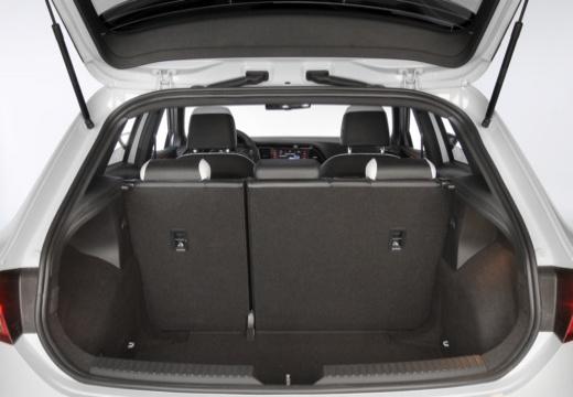 SEAT Leon IV hatchback biały przestrzeń załadunkowa