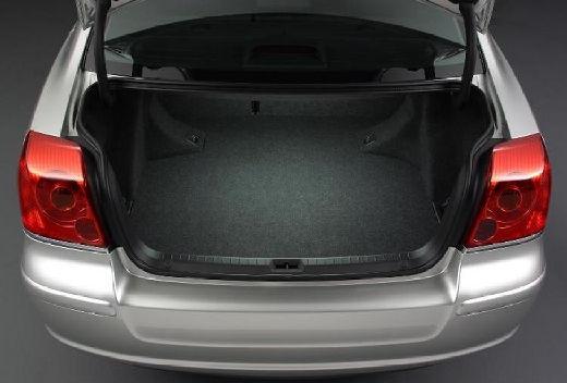 Toyota Avensis III sedan silver grey przestrzeń załadunkowa