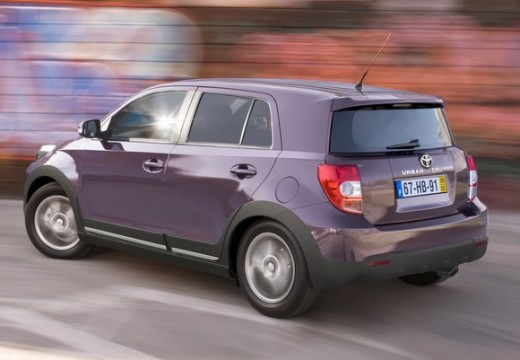 Toyota Urban Cruiser hatchback fioletowy tylny lewy