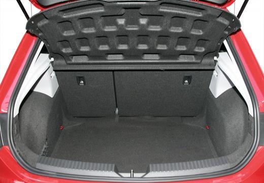 SEAT Leon IV hatchback czerwony jasny przestrzeń załadunkowa