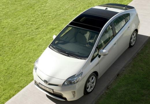 Toyota Prius III hatchback biały przedni lewy