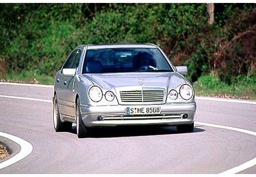 MERCEDES-BENZ Klasa E W 210 I sedan silver grey przedni prawy