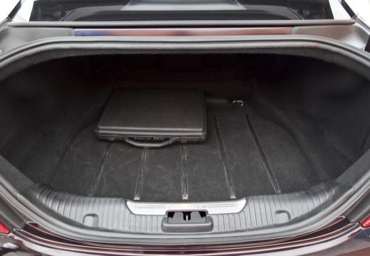 JAGUAR XJ VI sedan czarny przestrzeń załadunkowa