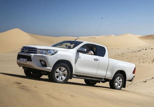 Toyota HiLux pickup biały boczny lewy